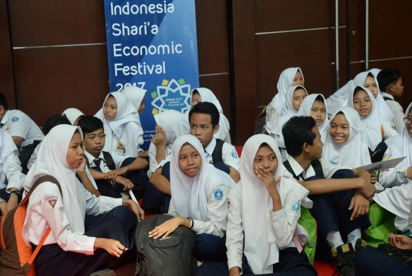 Pengunjung melihat Shari'a Expo dalam acara Indonesia Shari'a Economic Festival (ISEF) 2017 di Grand City, Surabaya, Jawa Timur, Rabu (8/11). Shari'a Fair bertujuan sebagai sarana edukasi, implementasi pengembangan ekonomi syariah, mendekatkan produk dan jasa UMKM kepada masyarakat, memperkenalkan produk-produk keuangan syariah, serta sarana pertemuan antara pelaku UMKM dengan calon investor atau lembaga keuangan.