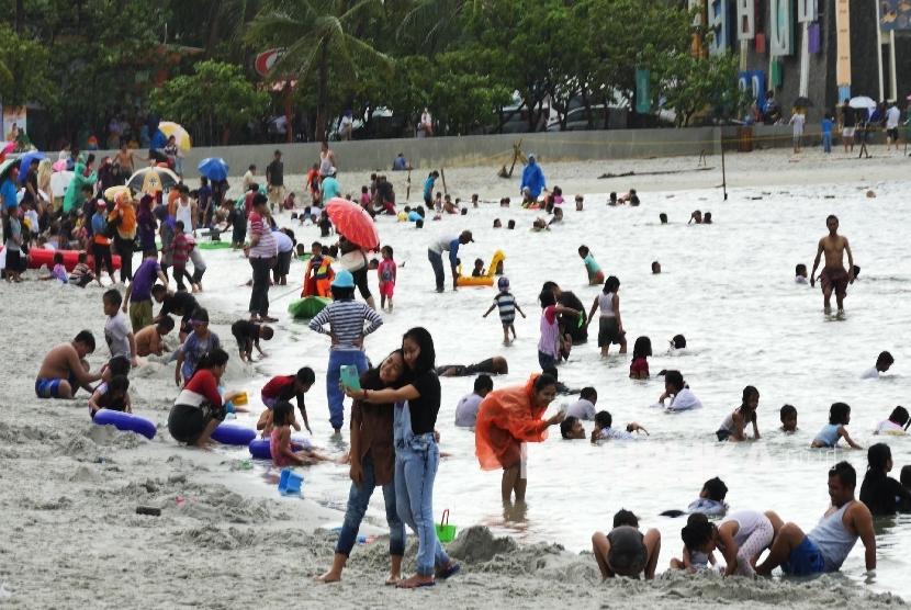 Pengunjung memadati Pantai Ancol Jakarta, Kamis (5/5).  (Republika/Darmawan)