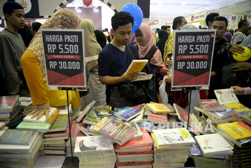 Pengunjung memadati stand buku di Pameran Islamic Book Fair (IBF) 2017 di JCC, Sabtu (6/6).