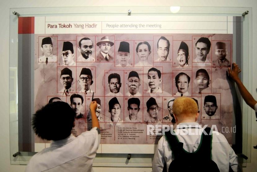 Pengunjung memerhatikan koleksi simpanan di Museum Perumusan Naskah Proklamasi, Jakarta, Rabu (2/10). Kunjungan ke museum ini memberikan wawasan pelajar terkait proses menuju kemerdekaan Indonesia melalui koleksi-koleksi sejarah yang dipajang.
