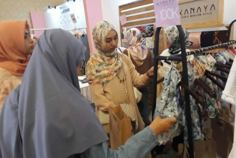 Pengunjung memilih kerudung di salah satu both yang digelar dalam Hijabers Community Day di Senayan City, Jakarta, Sabtu (5/5).
