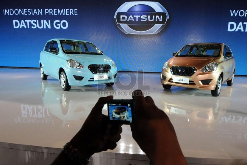 Pengunjung memotret mobil 'Low Cost Green Car' (LCGC) keluaran Datsun yang diluncurkan di Jakarta, Selasa (17/9).  (Republika/Aditya Pradana Putra)