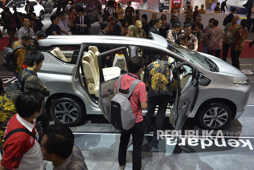 Pengunjung memperhatikan interior mobil Mitsubishi Xpander ketika berlangsungnya GAIKINDO Indonesia International Auto Show (GIIAS) 2017 di ICE BSD, City Tangerang, Kamis (10/8).