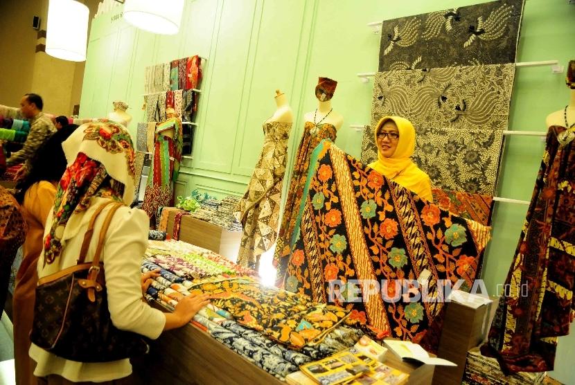 Pengunjung memperhatikan salah satu produk kreatif produk UMKM. (ilustrasi)