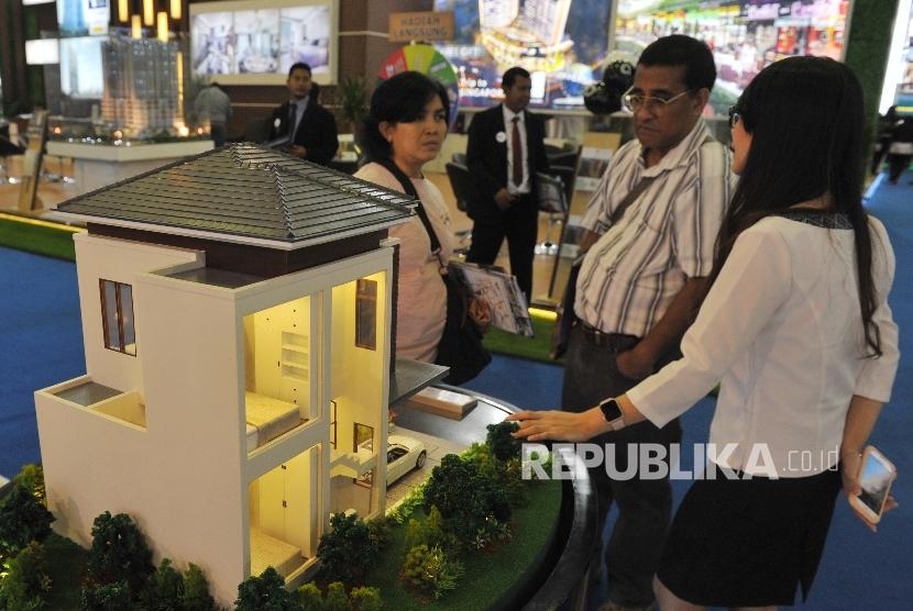 Pengunjung mendapat penjelasan mengenai properti perumahan dalam pameran properti Real Estate Indonesia di Jakarta, Rabu (19/4).