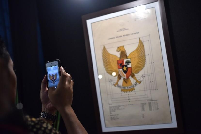 Pengunjung mengamati arsip lahirnya Pancasila yang dipamerkan di Museum Nasional, Jakarta, Jumat (2/6).