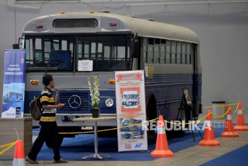 Pengunjung mengamati bus-bus klasik dalam pameran yang bertajuk Indonesia Classic N Unique Bus 2017 di JIExpo Kemayoran, Jakarta, Rabu (29/3).