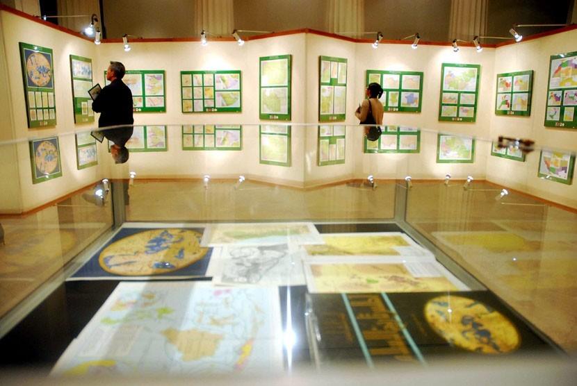 Pengunjung mengamati karya Giovanni Gabriele De Agostin dengan judul
