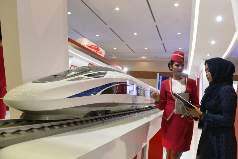 Pengunjung mengamati maket kereta cepat Jakarta-Bandung saat Indonesia Bussiness and Development Expo 2016 di Jakarta Convention Center (JCC), Jakarta, Kamis (8/9).
