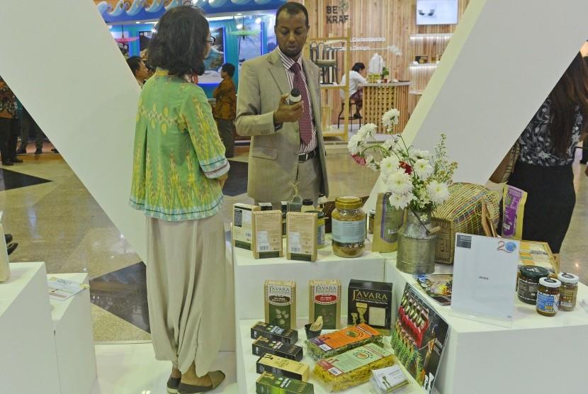 Pengunjung mengamati produk yang dipamerkan di sela KTT Indian Ocean Rim Association (IORA) di JCC Senayan, Jakarta, Senin (6/3).