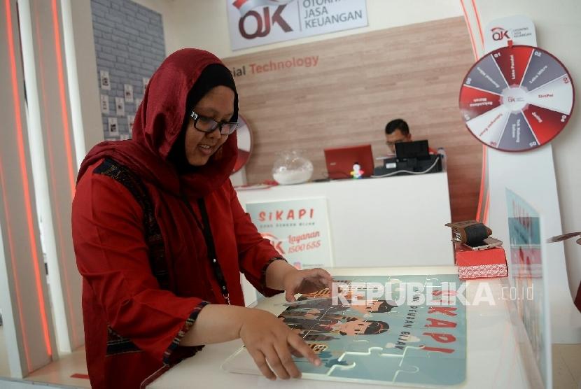 Pengunjung mengikuti games di Booth OJK usai pembukaan Indonesia Fintech Festival dan Conference di Banten, Selasa (30/8).