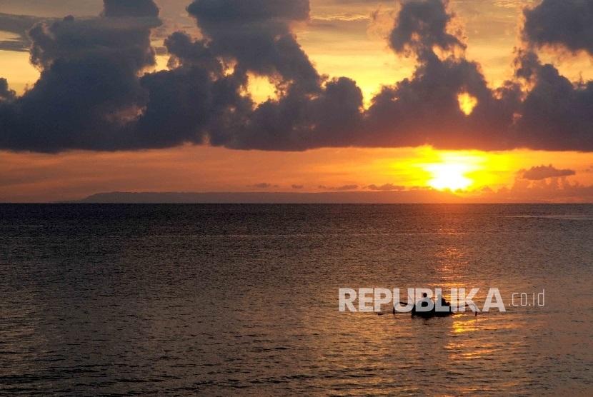 Pengunjung menikmati matahari terbenam (sunset) di Pantai Sengigi, Lombok Barat, Nusa Tenggara Barat (NTB).