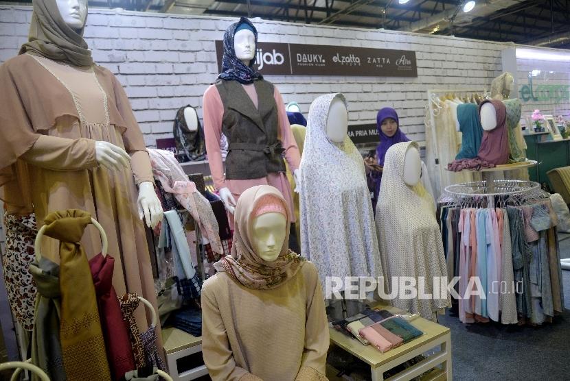 Pengunjung mlihat produk yang di pamerakan pada The 2nd Indonesia Internasional Halal Lifestyle Expo & Conference (Ilustrasi)