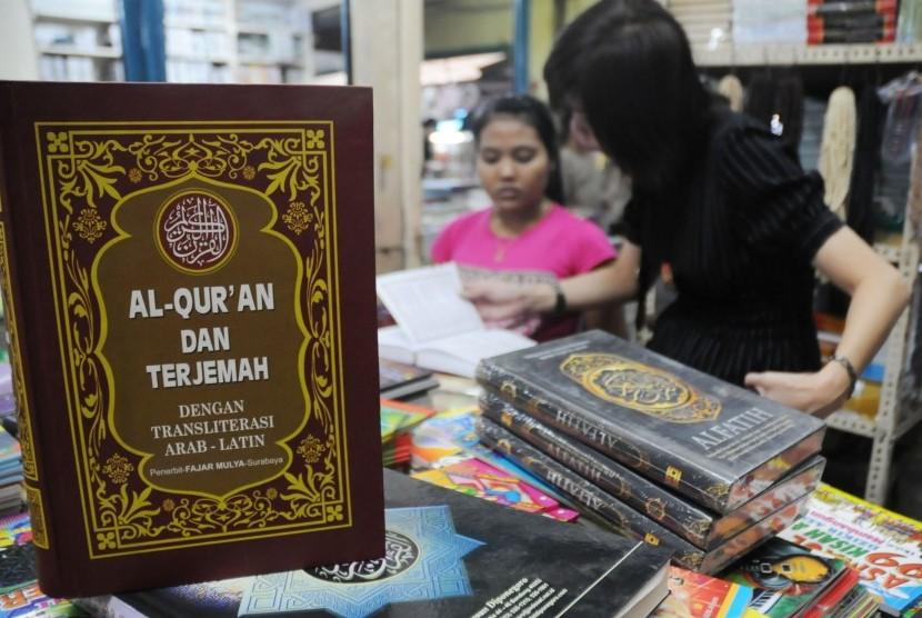 Pengunjung toko tengah memilih kitab suci Al Quran dan buku agama yang akan dibeli di los buku, Pasar Senen, Jakarta Pusat, Senin (16/7).  (Aditya Pradana Putra/Republika)