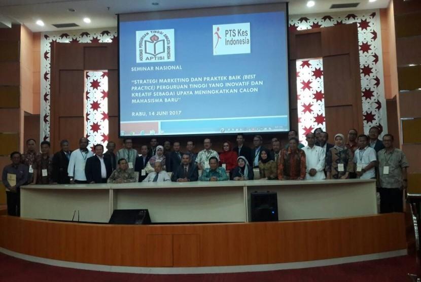 Pengurus APTISI berfoto bersama para peserta seminar strategi marketing dan best practice Perguruan Tinggi Swasta.