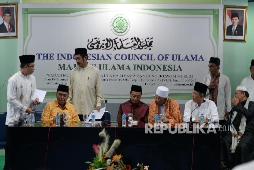 Pengurus GNPF-MUI bersiap melakukan konfernsi pers penyataan sikap GNPF-MUI terkait perlakuan terhadap KH Maruf Amin saat sidang penistaan agama di Jakarta, Jumat (3/2).