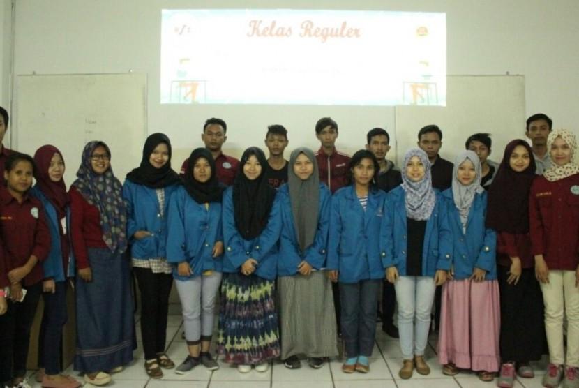 Pengurus HIMMI AMIK BSI kampus Cikarang bersama peserta pelatihan pemrogramanC++..