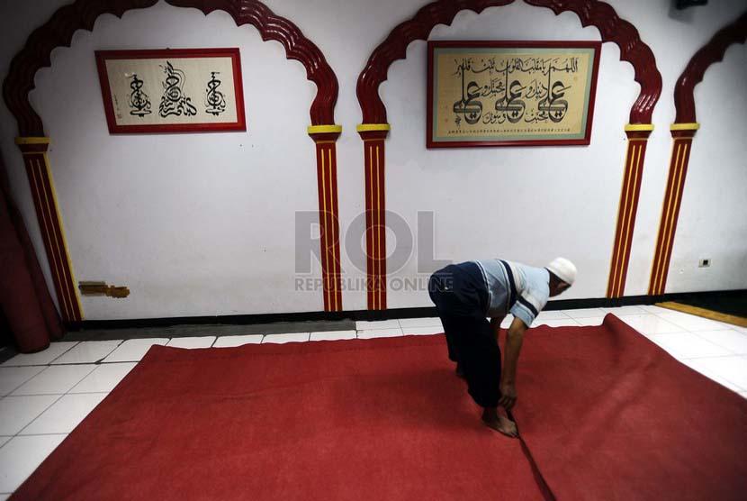 Pengurus sedang merapihkan karpet di Masjid / Ilustrasi