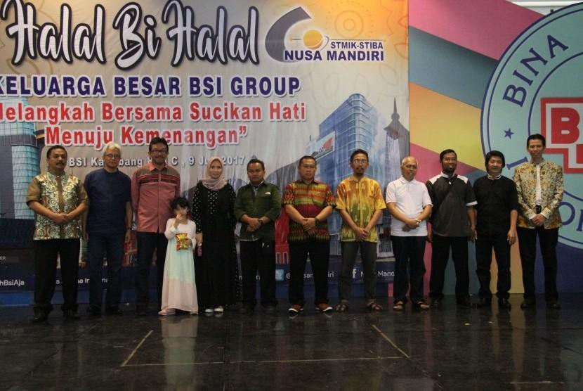 Pengurus Yayasan BSI dan Direktur BSI bersama dosen dan karyawan yang mendapatkan hadiah umrah.