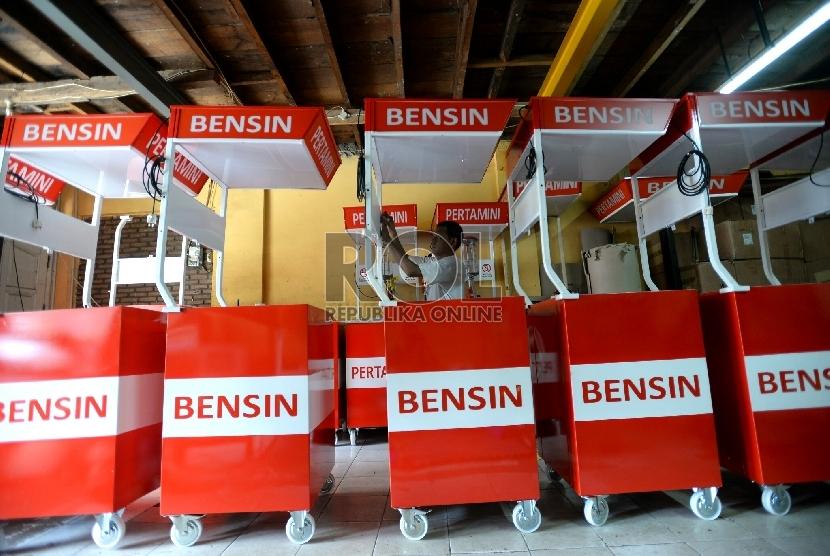 Penjual melakukan pengisian bahan bakar minyak (BBM) jenis premium di salah satu kios pengisian BBM Pertamini di Jakarta, Senin (2/2).(Republika/Prayogi)