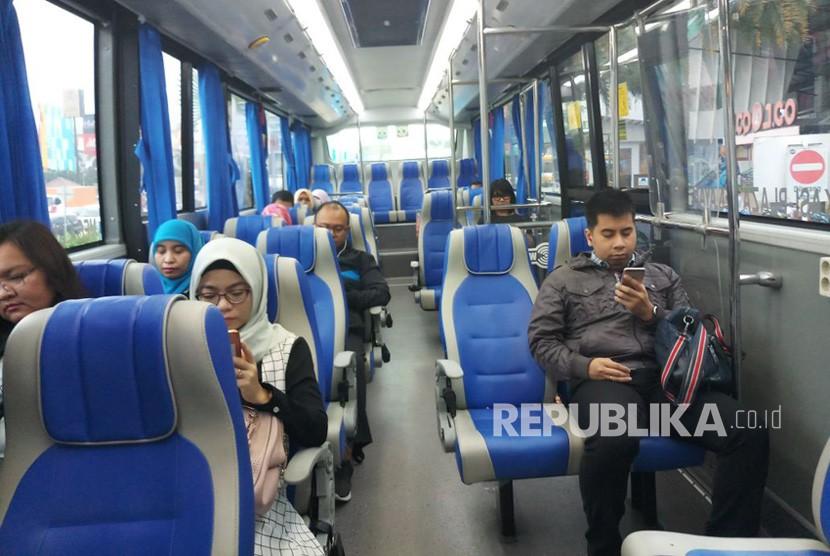 Penumpang bus transjabodetabek premium di Mega Bekasi jurusan Plaza Senayan.