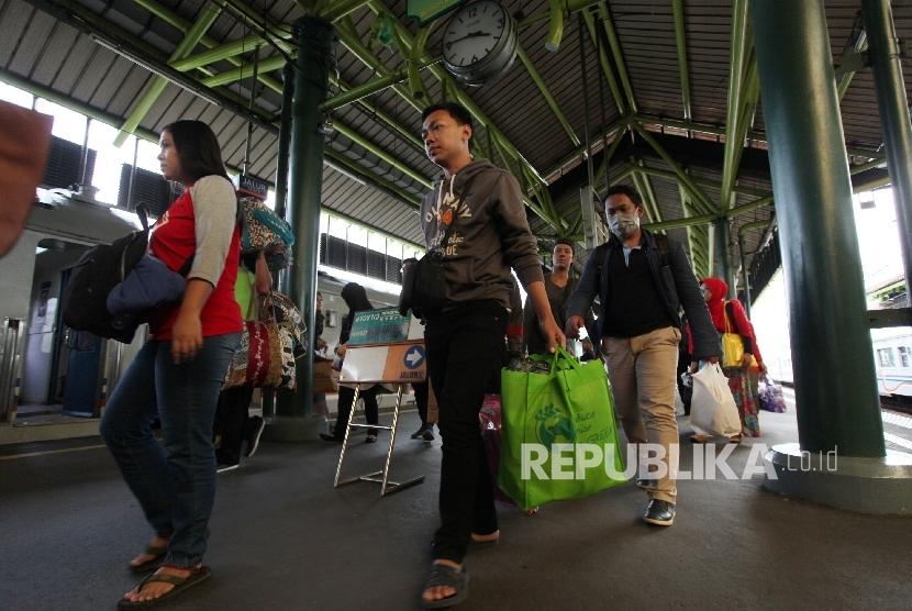 Penumpang Kereta Api tiba di Stasiun Gambir, Jakarta, Selasa (27/6).