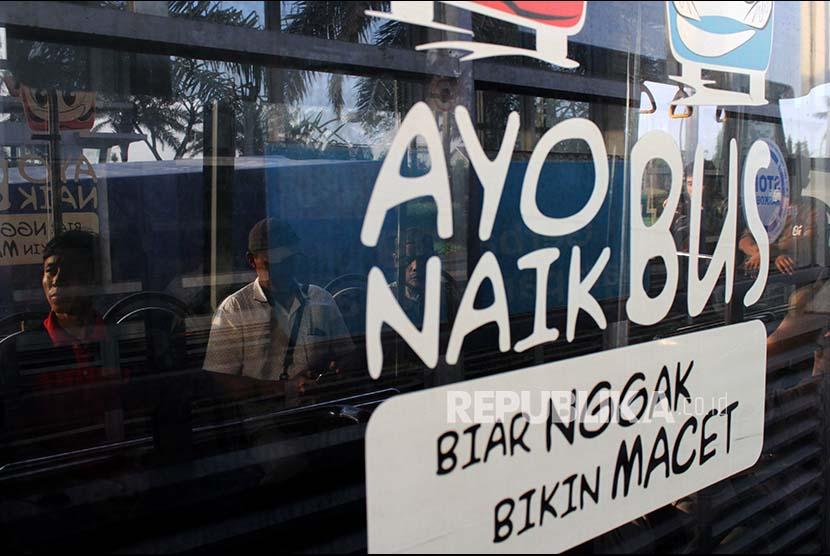 Penumpang memasuki ruang dalam bus Transjabodetabek saat berhenti di halte bus, di Bekasi, Jawa Barat, Rabu (6/9). Badan Pengelola Transportasi Jabodetabek (BPTJ) akan melakukan uji coba bus Transjabodetabek Premium dengan rute Jalan Ahmad Yani, Bekasi-Senayan, Jakarta yang nantinya akan melintasi jalur khusus angkutan umum yang berada di bahu jalan tol, pada 7-20 September 2017.