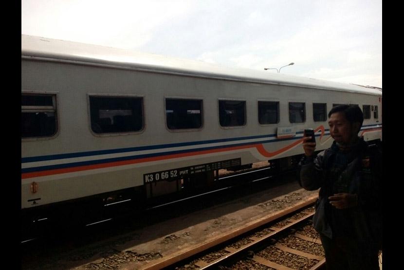 Penumpang menunggu keberangkatan KA Serayu dari Stasiun Tasikmalaya.