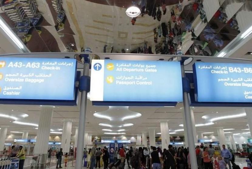 Penumpang terlihat di Bandara Internasional Dubai, Uni Emirat Arab.