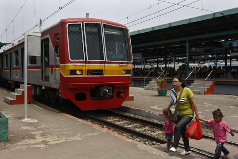 Penumpang turun dari kereta di Stasiun Manggarai, Jakarta, Senin (17/9). PT. KAI berencana menaikkan tarif KRL commuterline Jabodetabek sebesar Rp.2000 per 1 Oktober 2012 mendatang, untuk meningkatkan pelayanan terhadap pengguna angkutan tersebut.