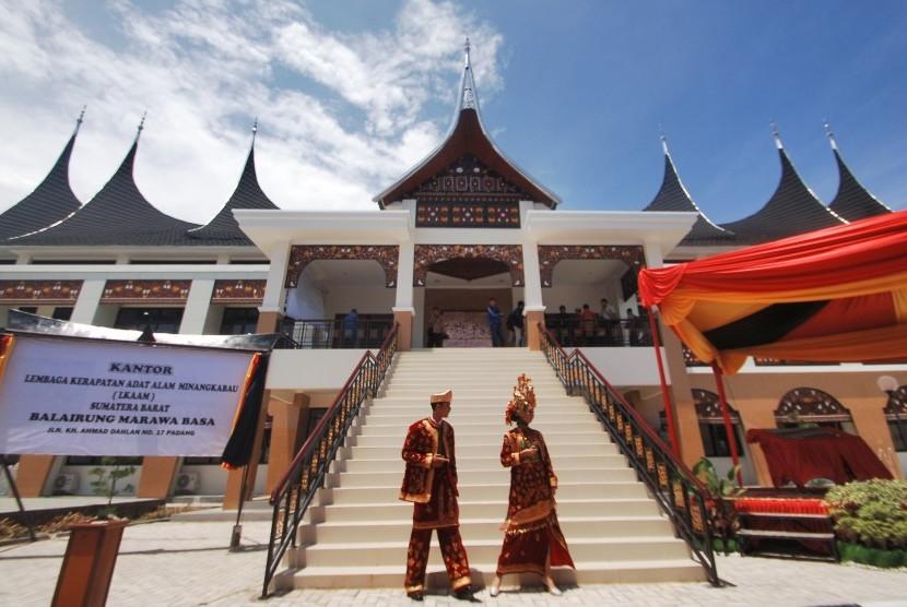 Penyambut tamu berpakaian anakdaro dan marapulai, berada di depan Gedung Lembaga Kerapatan Adat Alam Minangkabau (LKAAM), di Jl Kh A Dahlan, Padang, Sumatera Barat, Kamis (23/4).  (ANTARA/Iggoy el Fitra).