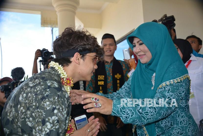 Penyanyi asal Inggris, Harris J, tiba di Bandara Internasional Minangkabau, Senin (6/11). Harris dijadwalkan akan menggelar Konser dengan tema Anti-Bullying di Padang.