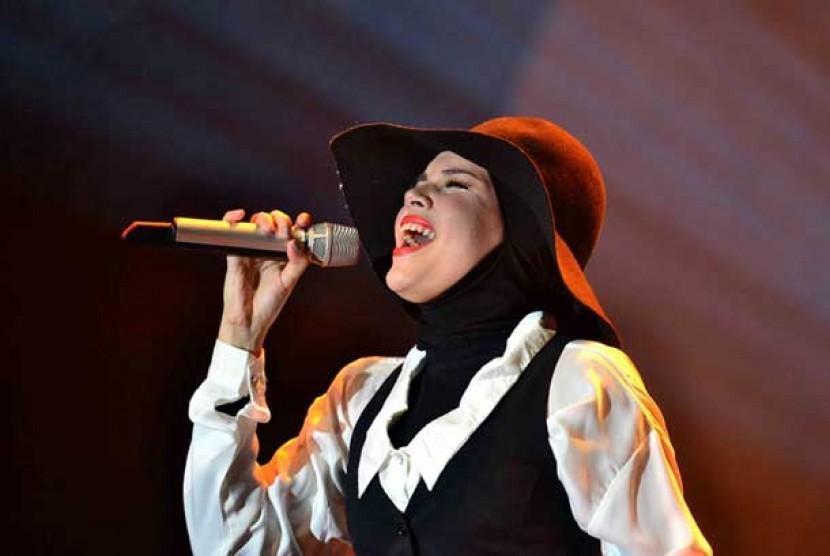 Gaya busana Muslimah Dewi Sandra dalam satu ajang musik