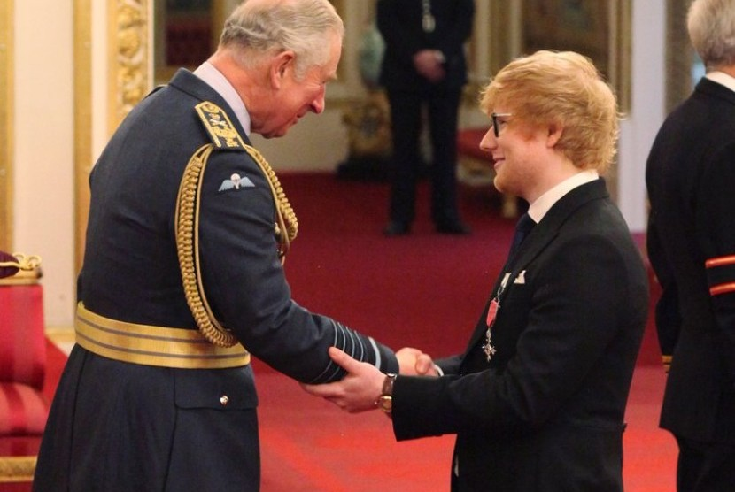 Penyanyi Ed Sheeran menerima penghargaan Member of the Most Excellent Order of the British Empire