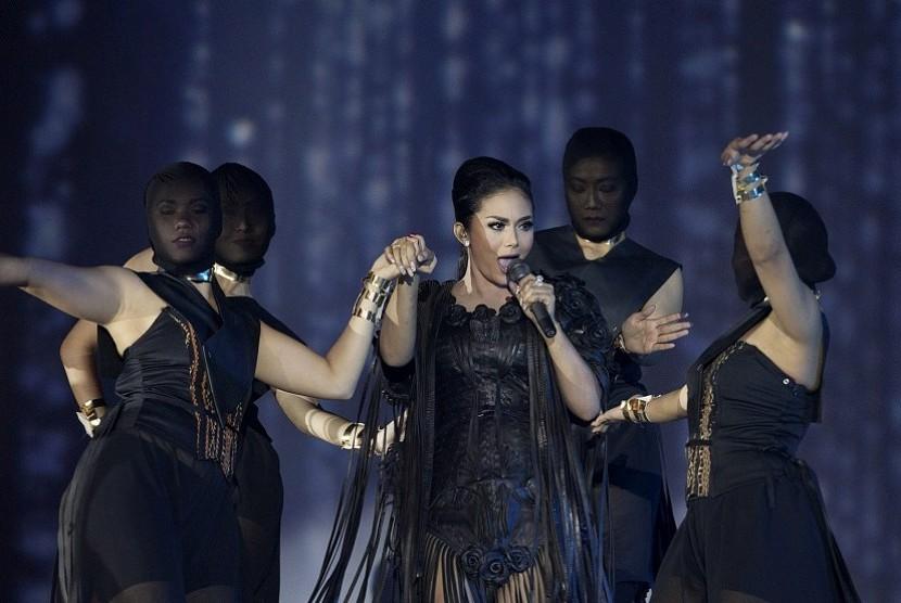 Penyanyi Krisdayanti (KD) tampil pada konser bertajuk Traya di Jakarta Convention Center, Jakarta, Minggu (3/5). Konser kolaborasi antara KD dengan komposer Erwin Gutawa dan penata panggung Jay Subiyakto diselenggarakan sebagai bentuk apresiasi 25 tahun KD