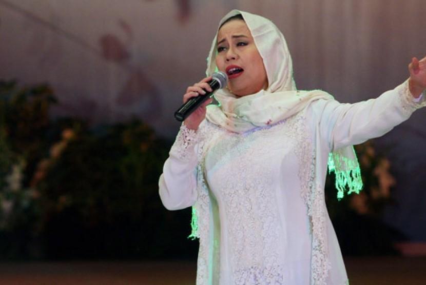 Penyanyi pop Indonesia dan Aktris Dewi Yull tampil dalam acara puncak Peringatan Hari Ibu ke-82 tahun 2010 di Sasono Langen Budoyo, Kompleks TMII, Jakarta, Rabu (22/12).