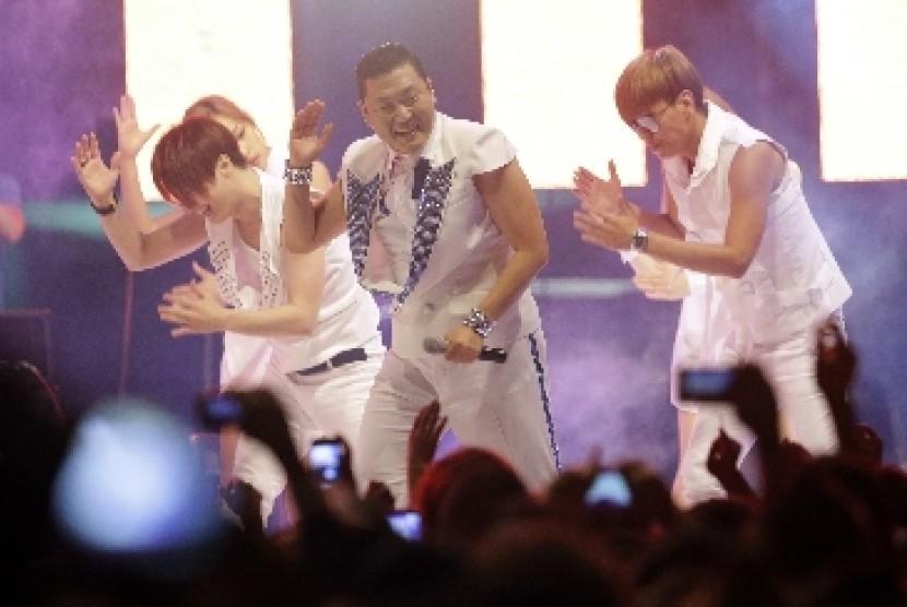 Penyanyi Rap Korea, Psy, saat menampilkan Gangnam Style di Seoul, Korsel.