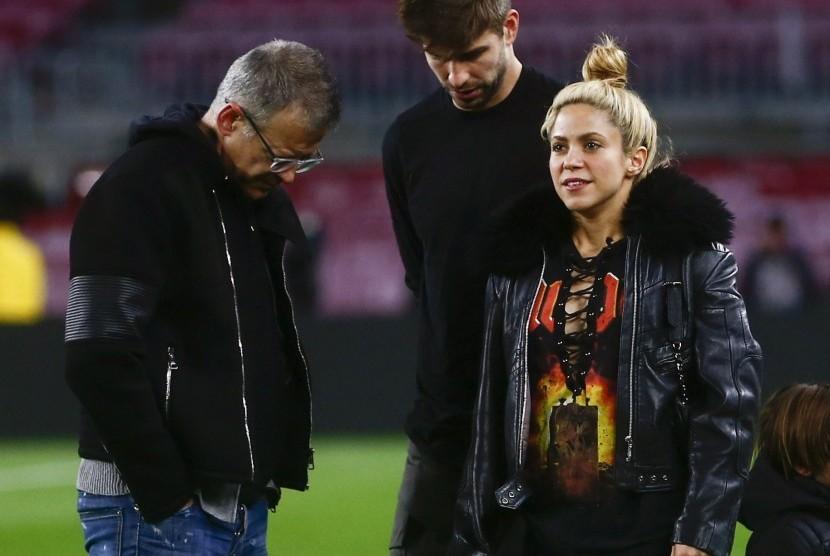 Penyanyi Shakira terfoto bersama suaminya Gerard Pique dan ayahnya Joan Pique sebelum pertandingan antara Barcelona dengan PSG di Camp Nou, (8/3).