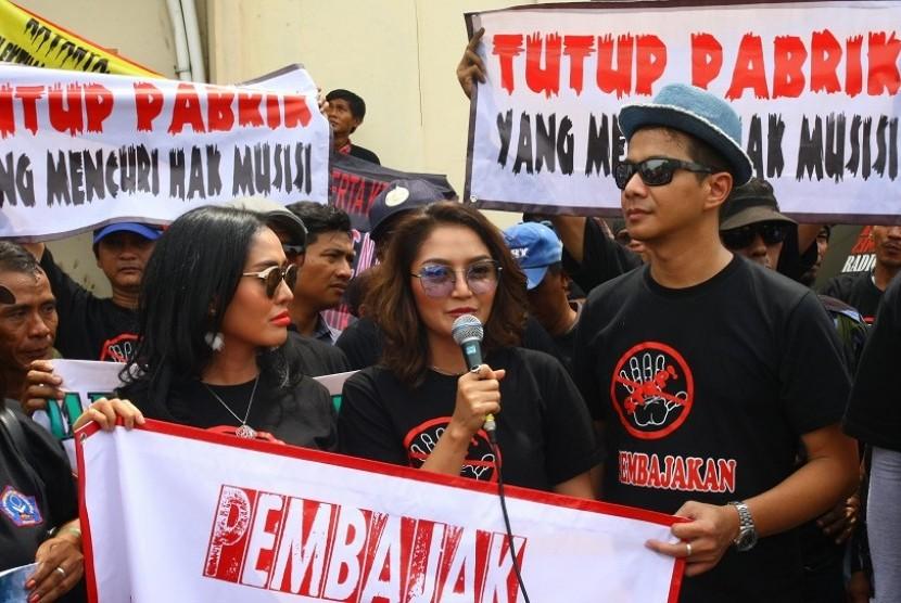 Penyanyi Siti Badriah (tengah)