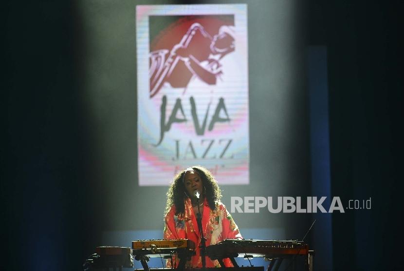 Penyanyi trio peraih nominasi Grammy Award, King, menghibur penonton dengan lagu-lagu andalannya, saat tampil pada BNI Java Jazz Festival, di Jakarta International Expo, Jumat (3/3).