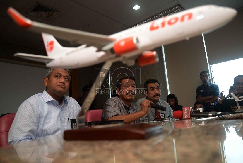 Direktur Umum PT Lion Air Edward Sirait (tengah), Head of Corporate Secretary Lion Group Kapten Dwiyanto Ambarhidayat (kiri), dan Corporate Lawyer Haris Arthur memberikan keterangan kepada wartawan mengenai masalah delay di kantor