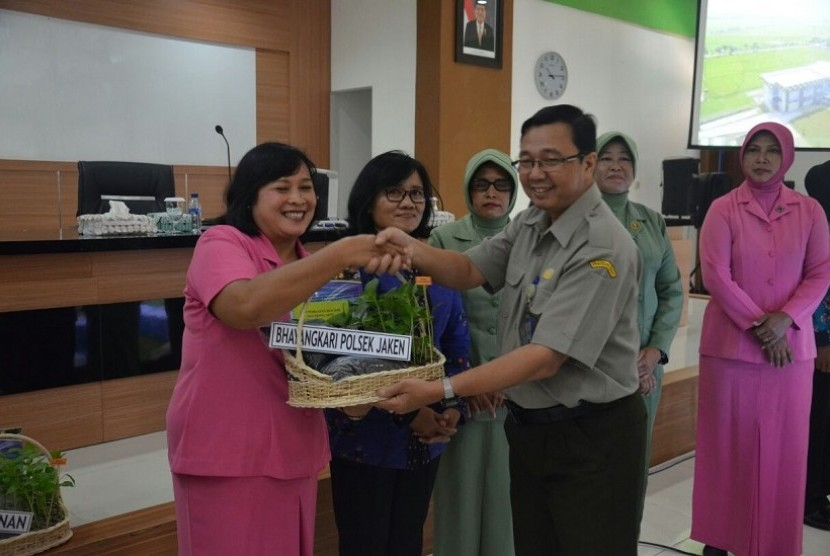Penyeragan secara simbolis bibit cabai di kegiatan Gerakan Tanam (Gertam) Cabai di Kabupaten Pati, Jawa Tengah, oleh Balai Penelitian Lingkungan Pertanian