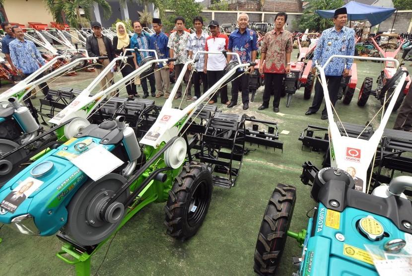 Penyerahan bantuan alat pertanian dari Kementan.