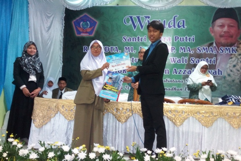 Penyerahan beasiswa pendidikan STMIK Nusa Mandiri kepada siswa terbaik  SMK Azzainiyah.