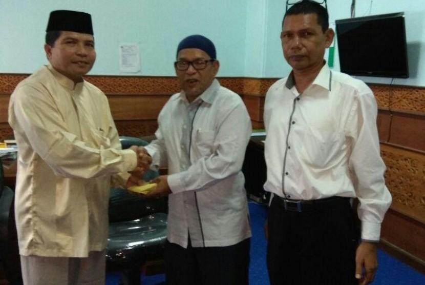 Penyerahan donasi untuk Muslim Rohingya dari Civitas Akademika UIN Ar-Raniry.