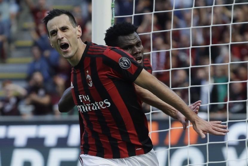 Penyerang AC Milan Nikola Kalinic merayakan golnya ke gawang Udinese.