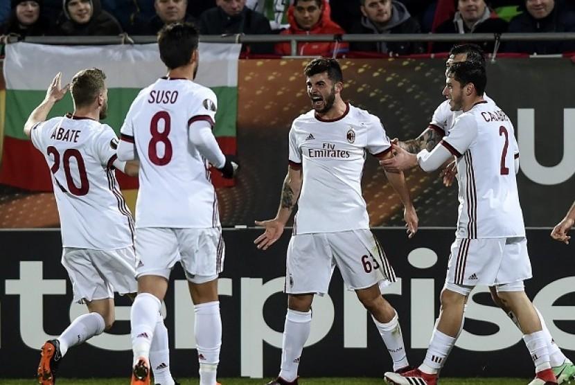 Penyerang AC Milan Patric Cutrone (kedua kanan) merayakan golnya ke gawang Ludogorets bersama rekan-rekannya.
