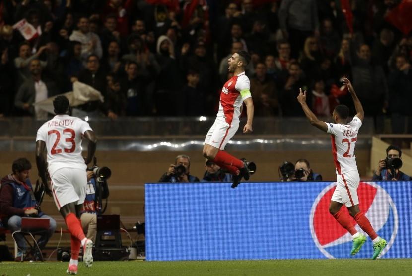 Penyerang AS Monaco Radamel Falcao (tengah) melompat usai mencetak gol kedua timnya di leg kedua perempat final Liga Champions antara Monaco dan Dortmund di stadion Louis II di Monaco.