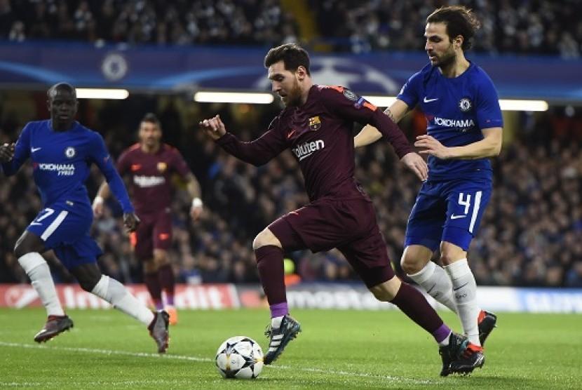Penyerang Barcelona Lionel Messi (kedua kanan) menggiring bola melewati gelandang Chelsea Cesc Fabregas.