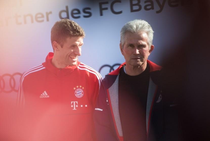 Penyerang Bayern Muenchen Thomas Mueller (kiri) dan pelatih Jupp Heynckes.
